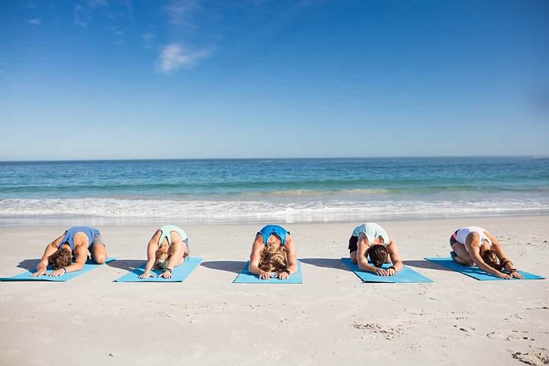 Beneficios de practicar stretching y yoga en la playa